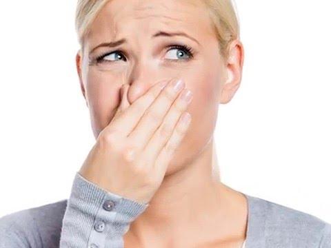 egy személynek kellemetlen szaga van